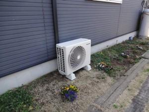 新しく取り付けたエアコン室外機(2013/3/2撮影)