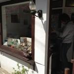 美味しい焼き菓子の西荻窪のモイスェン (Maeuschen) は、狭さを売りにしたお店です。